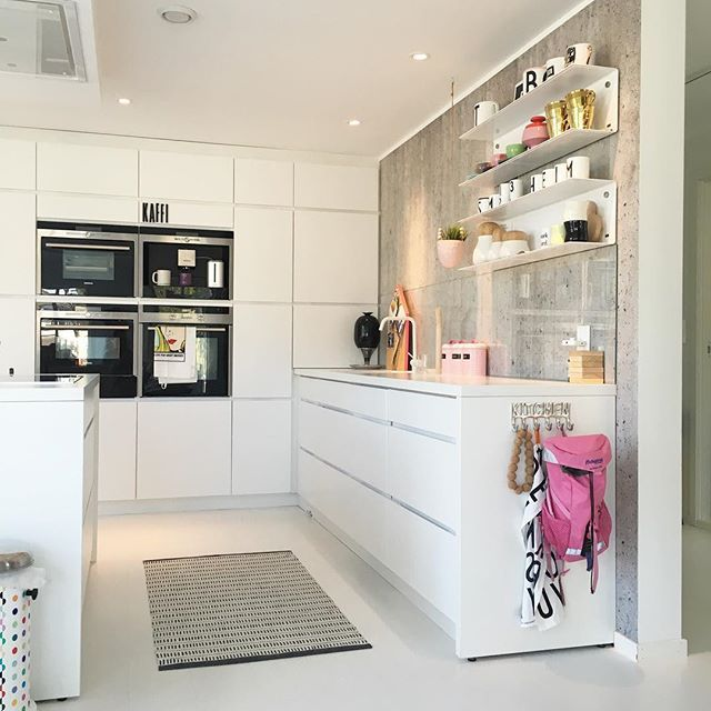 Love this bright yet colorful Mano kitchen. The mix of concrete, white and pink makes this danish design kitchen a nice place to live in. Kvik Keukens Amsterdam. www.kvik.nl