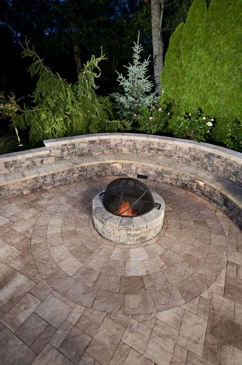 Gather around the fire pit!  Sitting Wall is Veranda Wall in Brandywine.  Matching Munich Fire Pit Kit sits on a Slate Stone Circle in Ocean City Sand color.