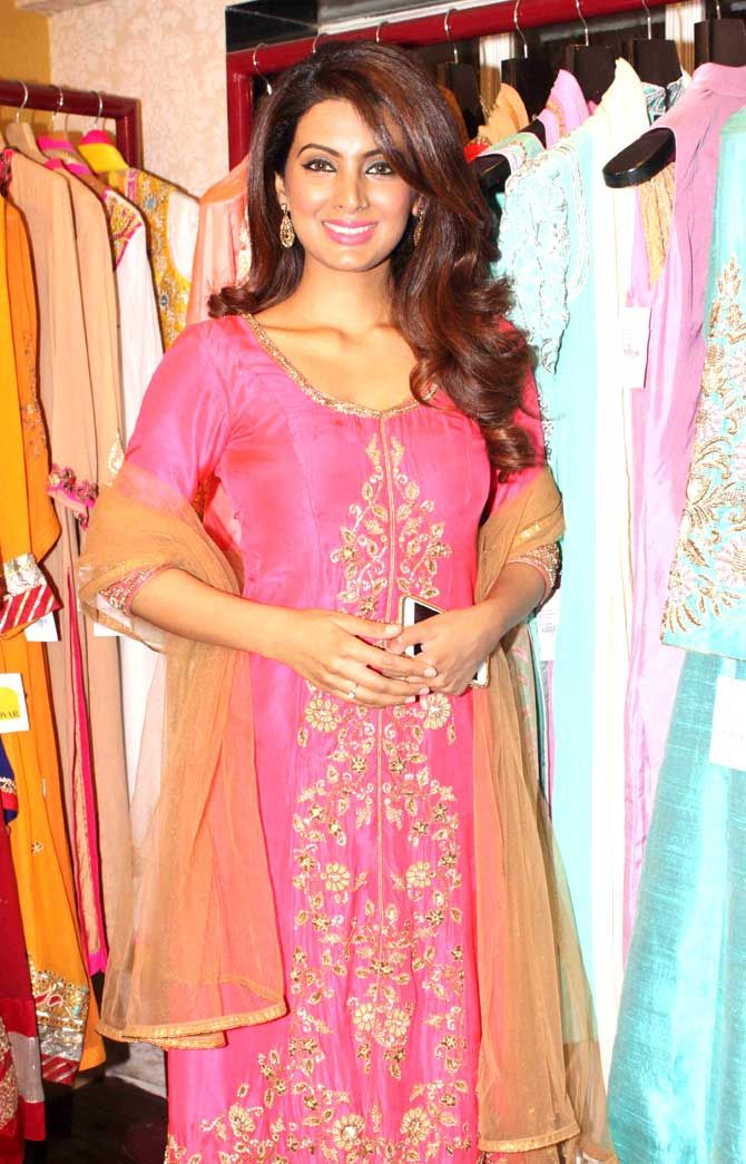 Geeta Basra looked gorgeous in her traditional avatar at a fashion preview at…