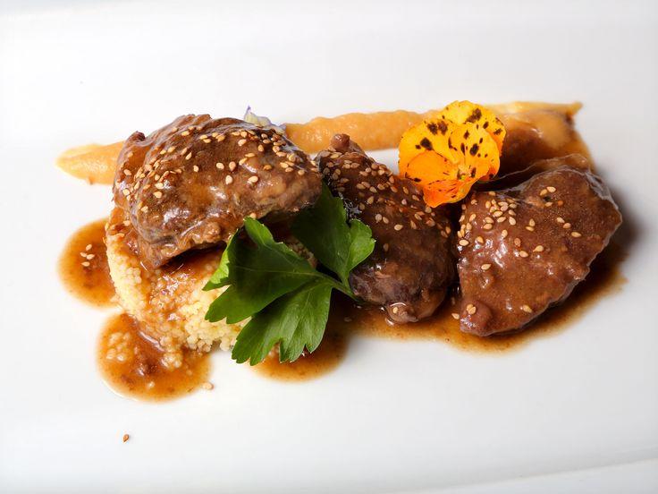 Carrilleras de cerdo Ibérico cocinadas a baja temperatura con salsa de Moscatel y cous cous especiado, en La Bodega de Chema