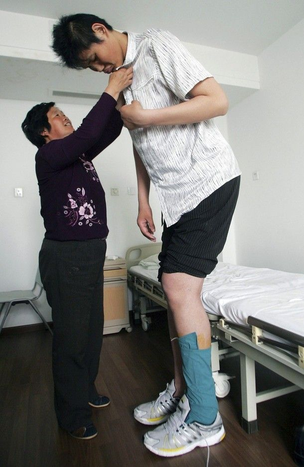 tallest people in the world | Zhao Liang, who maybe the world's tallest man with his mother ...
