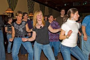 Easy Beginner Country Line Dances. - Instructions! I found this and got really excited. #linedancing ★