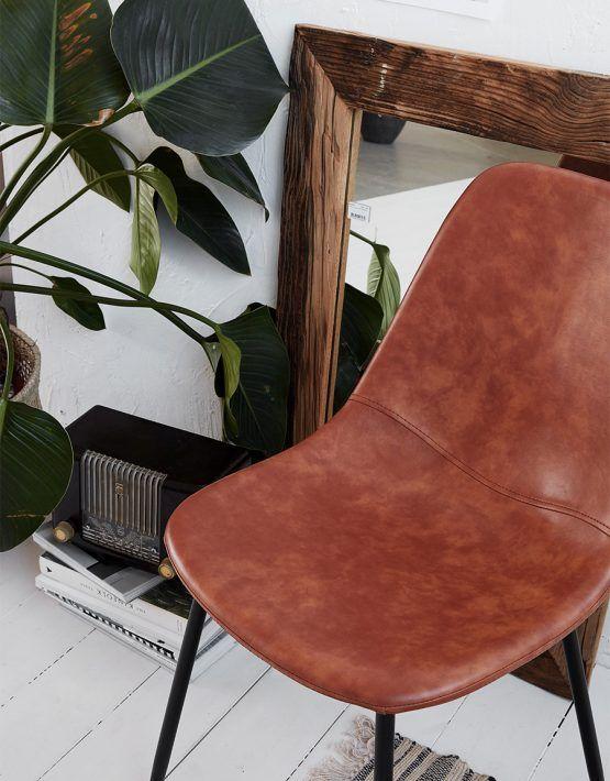 Enkel och stilren stol från danska House Doctor. Välj mellan PU-läder i cognac, brun eller svart. Underrede i svart stål. För mer information, priser och mått vänligen klicka här.  Chair Forms säljs i alla våra butiker, kontakta oss för mer information.