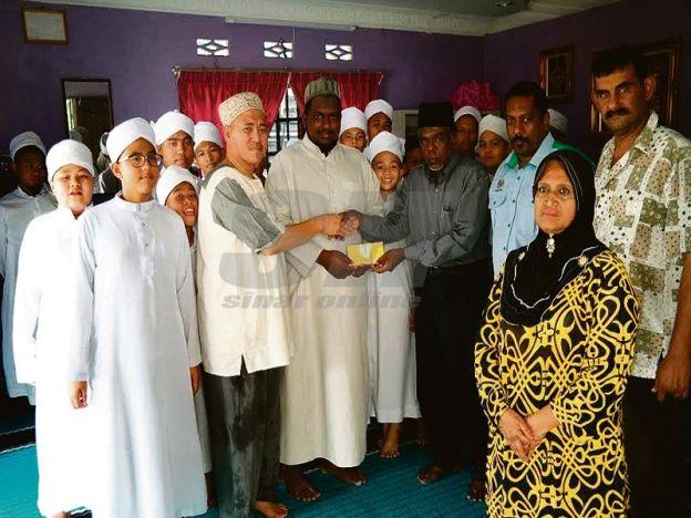 Rumah keluarga jadi pusat tahfiz   Amir Amsaa (tiga kanan) menyampaikan sumbangan kepada pengurusan pusat tahfiz ketika lawatan kelmarin  BATU CAVES - Sebuah keluarga sanggup mengizinkan rumahnya dijadikan sebagai asrama dan pusat tahfiz sementara selepas maahad tahfiz sebelum ini ditutup. Pengurus Tahfiz Maahad Muaz Al-Hikmah Bashiruddin Md Anifar Baba berkata pusat tahfiz tersebut mula beroperasi di rumah keluarganya terletak di Kampung Nakhoda Kiri sejak tiga bulan lalu. Menurutnya ruang…