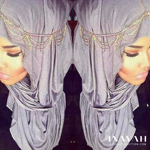 confessionsofthehijabi:    Not my pic, got it from Inayah's FB Page. For more hijabi inspirations, check out Inayah's Tumblr.So pretty, I love the accessorie! Obviously doesn't workout when I wear it :P