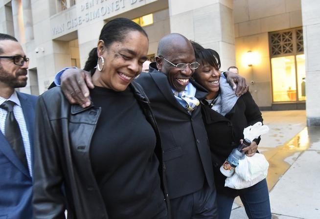 Un uomo di Denver dopo 28 anni di carcere per stupro è stato scoperto lunedì innocente.  La sua convinzione era in parte perché la vittima aveva detto nel