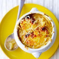 Uiensoep is het ultieme comfort food. Serveer met heerlijke croutons met kaas bij en dip in de soep. Makkelijk en snel klaar. 1 Smelt de boter in een grote pan. Doe de uiringen, tijm en laurier erbij, plus wat zout. Verhit 40 minuten op laag vuur tot...