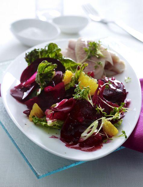 Unser beliebtes Rezept für Rote Bete-Salat zu geräucherter Forelle und mehr als 55.000 weitere kostenlose Rezepte auf LECKER.de.