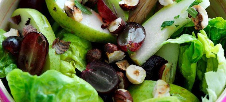 En skøn sprød salat med pærer, druer, romainesalat og hasselnødder i en skøn citrusdressing. Se opskriften her.