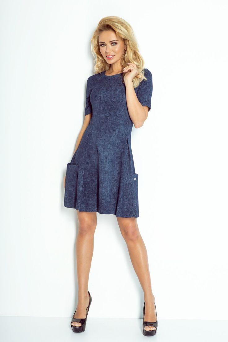 Letné trendové street šaty s krátkym rukávom, každoročne aktuálny džínsový vzhľad. Lodičkový výstrih a krásne vytvarovaný driek im dávajú dôraz elegancie a ženskosti. Originálne vsadené vrecká sú po obidvoch stranách šiat.  Dodanie cca 10 pracovných dní