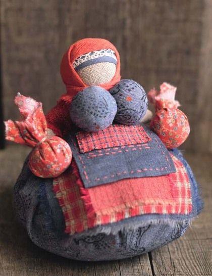 Кукла-оберег `Кубышка-травница `. Кукла кубышка-травница не даёт болезням проникнуть в дом, а если кто-то уже, увы, заболел-дайте ему в руки эту куклу,чуть-чуть помните ей бока и чудесный аромат трав поможет справиться с любым недугом.