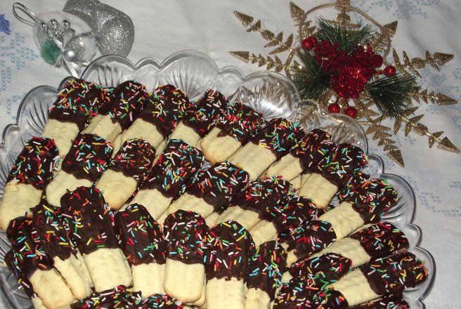 Biscuiti fragezi cu menta si glazura de ciocolata neagra