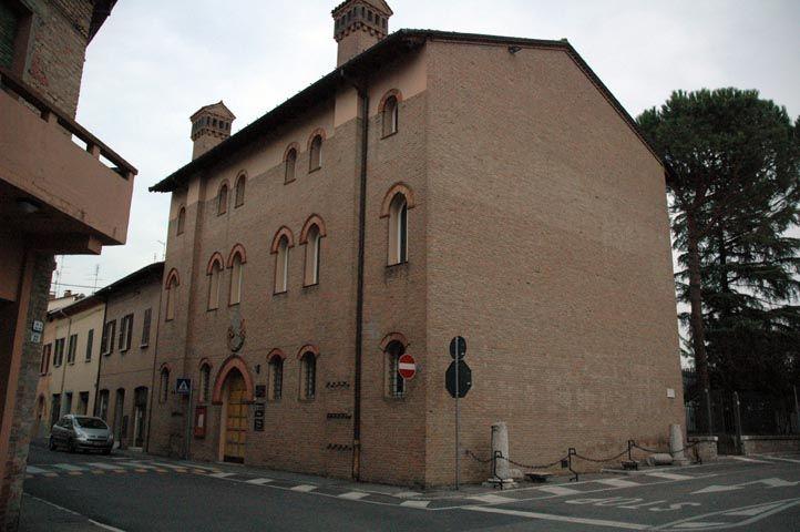 """Palazzo Sforza, già casa degli Attendoli-Sforza, è sede di tre sezioni del museo Civico Luigi Varoli. Al primo piano la sezione Varoli e quella Archeologica, al secondo la sezione dei """"Giusti"""". Al piano terra si tengono le mostre temporanee."""