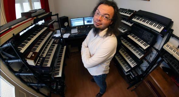 Simon Fache est aussi le pianiste déjanté de l'émission « Vendredi tout est permis » sera en spectacle à Wattrelos le 20 février 2016. Billetterie en vente à l'Office de Tourisme   Photo archives Ludovic Maillard  VDN