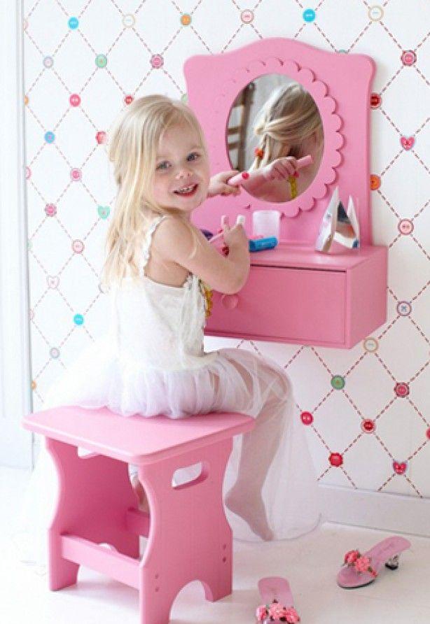 Plaats een klein tafeltje of kastje tegen de muur en hang er een mooie spiegel boven. Ga vervolgens op zoek naar een krukje of stoeltje dat qua hoogte goed onder het tafeltje past. En vergeet natuurlijk geen bakjes neer te zetten waar je dochter al haar spulletjes in op kan bergen.