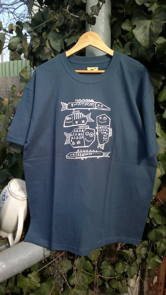 This is a L size steel-blue 100% cotton t-shirt.The shirt width of 55 cm and a length of 65cm.Also aviable in sand-colored.Please contact me with a...