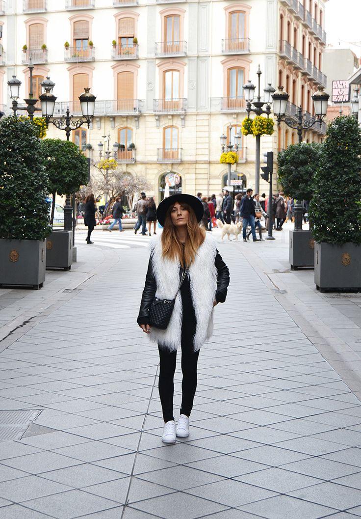 look con leggins y chaleco de pelo blanco
