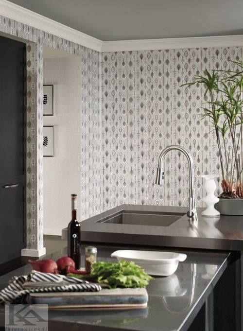 Tapet LEAVES din colectia BISTRO 75. Tapet tip frunze, in stil modern si in culori de alb, argintiu, bej, maro pentru bucatarie.