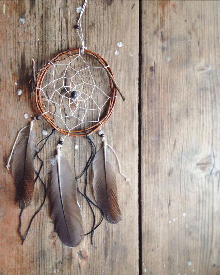 """Эту прелесть зовут """"Ветерок"""" и она ищет хозяина ~ • рябиновый обруч 12см в диаметре • нежно-розовое плетение ирисом • оникс и розовый кварц • перья тетерева • кожаные черные ленты ☆550р☆ ! оникс - очень сильный камень, поэтому он не подойдет людям, родившимся под знаком близнецов !  #dreamcatcher#handmade#beads#witch#witchcraft#onyx#feathers#pagan#forsale#ловецснов#перья#оникс#напродажу"""