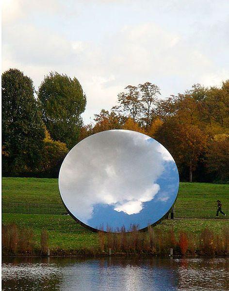 Voorstelling: Een grote spiegel waarin een wolkenlucht te zien is. Vormgeving: Een vorm van een perfecte cirkel. Een glad, weerkaatsend oppervlak (textuur). Door het spiegelende materiaal neemt het de kleur aan van de omgeving.