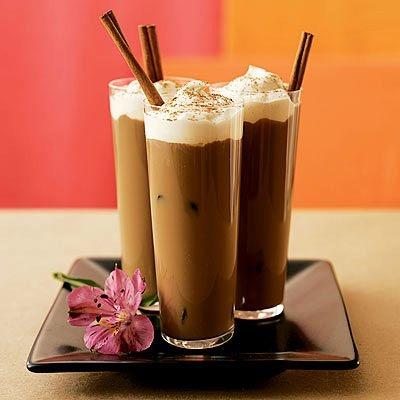 CAFÉ GELADO •2 litros de café recém preparados e frio •2 1/2 xíc chá de leite frio •Açúcar à gosto •Coloque o café em um recipiente que não seja de metal e deixe na geladeira por 3 horas, no mínimo. •Adicione o leite frio e o açúcar à gosto. •Bata com uma batedeira elétrica ou passe pelo liquidificador para dissolver o açúcar. •Para servir, bata o creme de leite em ponto de chantilly. •Coloque o café em copos altos, adicione 1 colher de chá de creme chantilly na superfície e polvilhe canela.