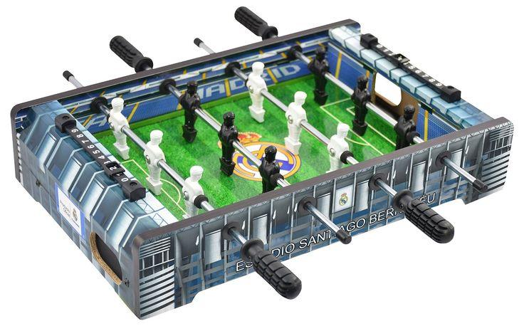 Este Mini futbolín Real Madrid es ideal para niños y adultos para jugar con tu equipo favorito como si estuvieses en el Santiago Bernabéu.