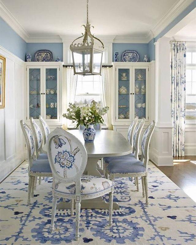 Столовая. Очень красивое сочетание белого и синего