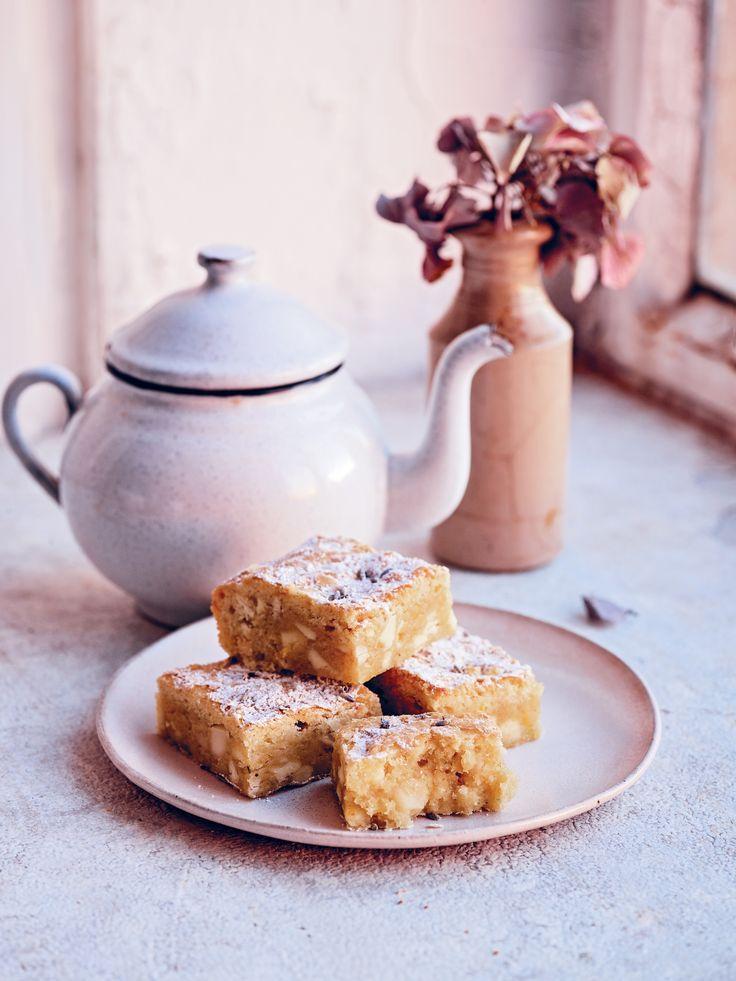 """""""Kein Kuchen sollte das Aroma von Großmutters Kleiderschrank verströmen. Die Zitrone in diesem Blondie-Rezept passt gut zum Lavendel und hält sein Aroma im Zaum"""", verrät Foodbloggerin Bronte Aurell zu ihrem Blondie-Rezept"""