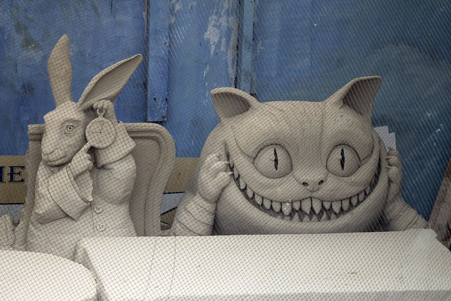 Amazing sand sculptures - the white rabbit & the cheshire cat