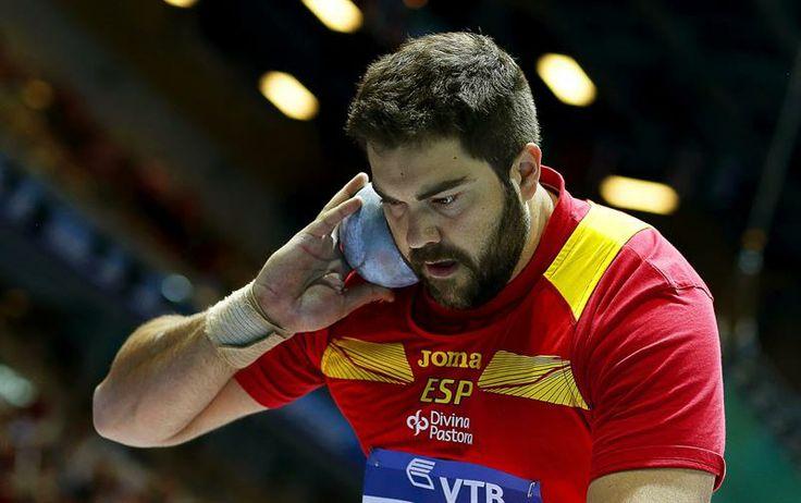 El atleta español Borja Vivas compite en la fase clasificatoria del lanzamiento de peso de los Mundiales de atletismo.