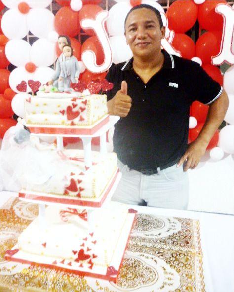 Nell David Perez Gaitan, una delicia de torta, rellena de rodajas de durazno, almibar de cerezas y mani, recubierta en fondant...