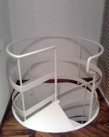 Scale in ferro su misura per interni e esterni utilizzando materiali di altissima qualità come ferro battuto, acciaio inox, legno e vetro.