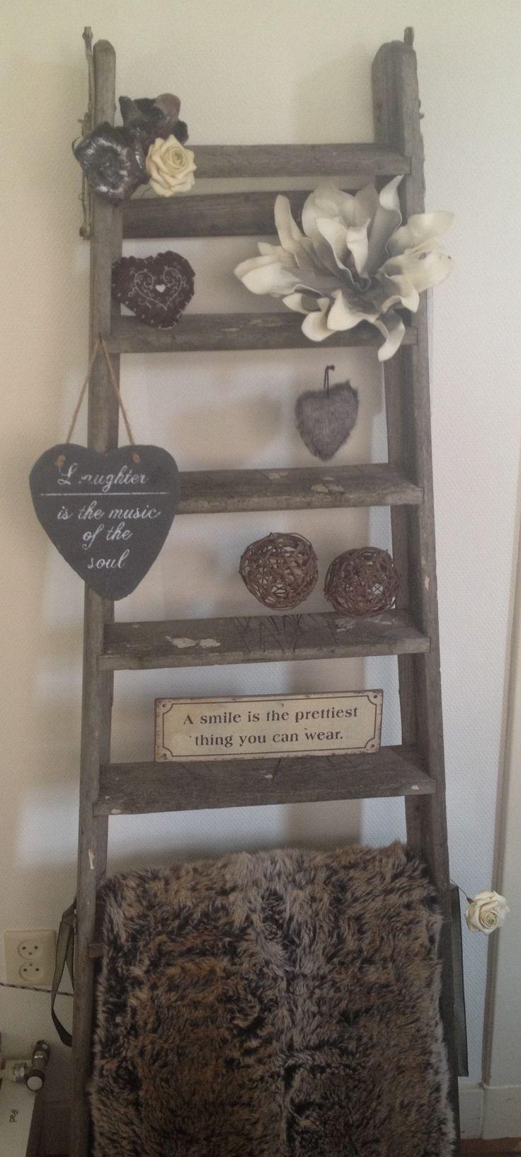 Een oude ladder gekocht bij een brocantewinkel en leuk 'aangekleed'.