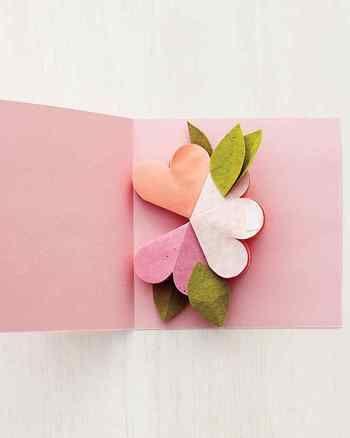 台紙に先ほど折りたたんだ花を貼り付けます。