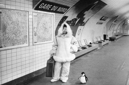Gare du Nord - Mises en scènes du nom des stations du métro de Paris - Le photographe Janol Apin a photographié les stations de métro parisiennes dans les années 90 en mettant en scène leurs noms.