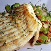 Aile de raie au four. On peut cuire dans un court-bouillon plutôt que du vin blanc et ajouter un beurre noisette aux câpres, au moment de servir. Accompagner de riz ou de petits légumes