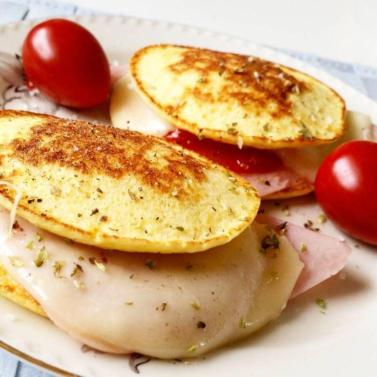 Pannkaka Kvarg - Toast!  1 egg, 100 g mager kesam, 1/2 ss fiberhusk og en klype salt. Stavmix og stek på middels til de er nok så fast før du snur. Skinka, mozzarella og ketchup + urter 😋 nam 🙊  #brunch #recept #pannekake #bröd #lowcarb #protein #sandwich #wrap #tortilla #fav #pandekage #norge #kamillepuls #atkinsnorge