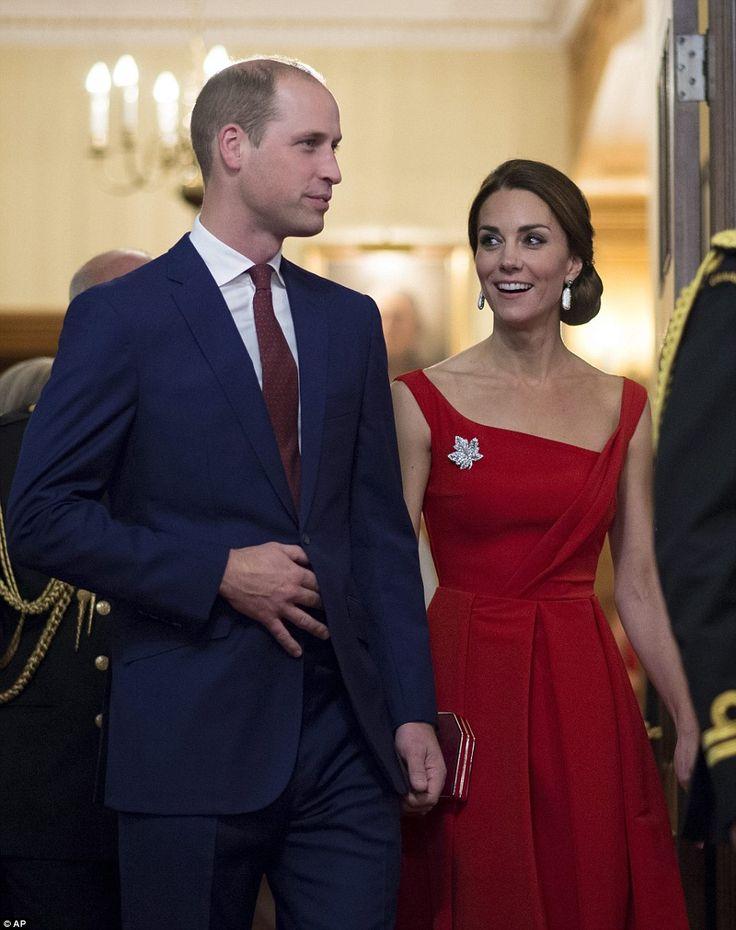El duque y la duquesa de Cambridge asistieron a la recepción para los líderes políticos y cívicos en Columbia Británica Kate llevaba vestido de £ 1.000 Thornton Bregazzi en rojo, con un broche de hoja de arce, un homenaje a la bandera canadiense   Read more: http://www.dailymail.co.uk/news/article-3809220/The-lady-red-Kate-stuns-dazzling-1-000-dress-joins-Wills-historic-ceremony-reconciliation-Canadian-Nations.html#ixzz4LSiRapZd  Follow us: @MailOnline on Twitter | DailyMail on Facebook