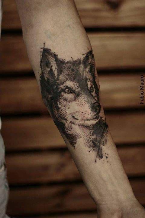 Tatuaje de un lobo de estilo sketch situado en el antebrazo.