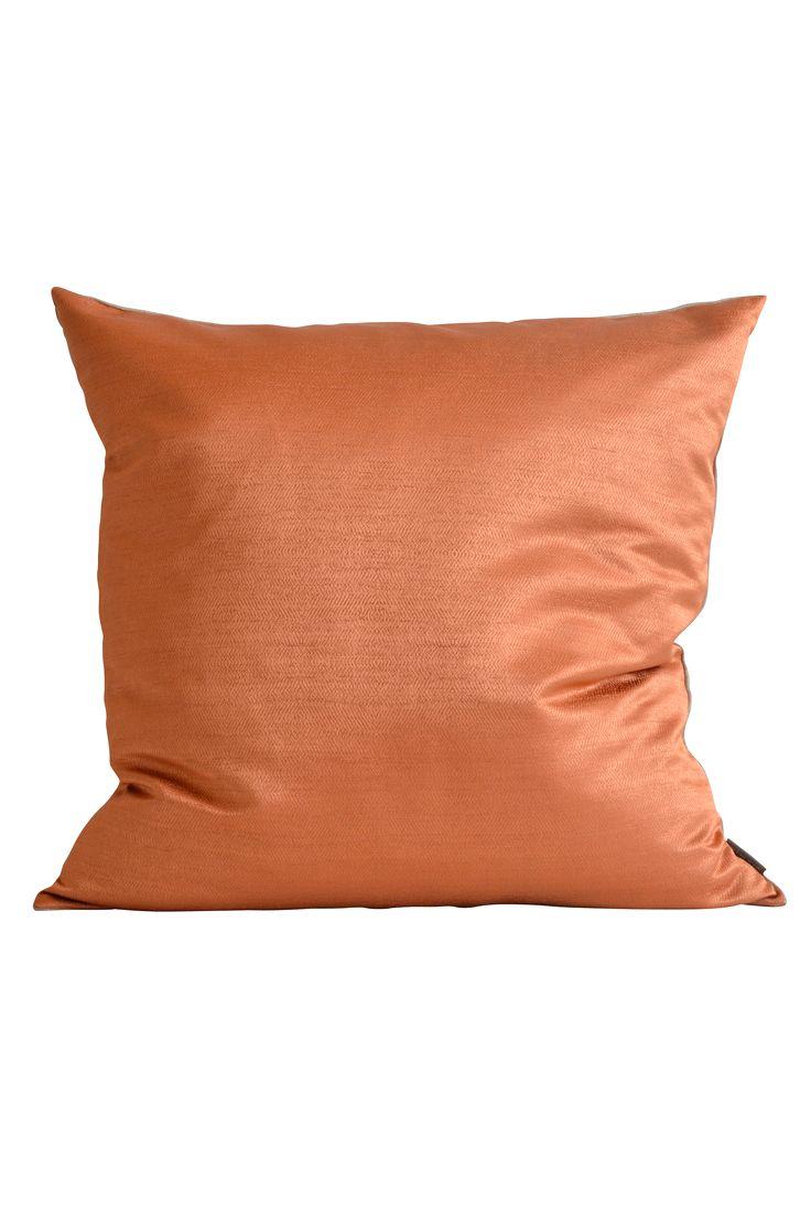 Stor kudde med subtilt mönster av tweed på framsidan och kraftigt hellinne på baksidan. Inklusive välfylld innerkudde av andfjäder. Alla Mimous innerkuddar är Oeko-Tex® certifierade, har bomullsöverdrag, fylls med andfjäder blandat med ca 10% anddun. Fodral: 100% polyester Oekotex-100 certifierad, Baksida: 100% lin. Innerkudde: Bomullsöverdrag fylld med andfjäder, Oekotex certifierad. Skötsel: Kemtvätt eller försiktig handtvätt i kallt vatten. Storlek 60x60 cm.