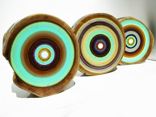 Slices of dead trees become circular bullseye paintings that add an eco-friendly element and endless layout possibilities. | http://beautifulbirdofparadise.blogspot.com