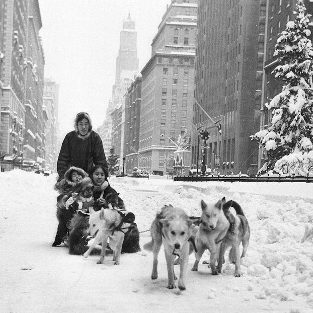 Una famiglia di eschimesi proveniente dall'Alaska sulla 48esima strada a New York, dopo una grossa nevicata. La foto è stata scattata il 27 dicembre del 1947