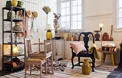 Stjärnstylisten Ulrika Magnusson är en riktig sakletare. När vi bad henne skapa något eget av vårens nyheter blev det en skön blandning av antika möbler, mönstrade textilier och färgstarkt porslin.