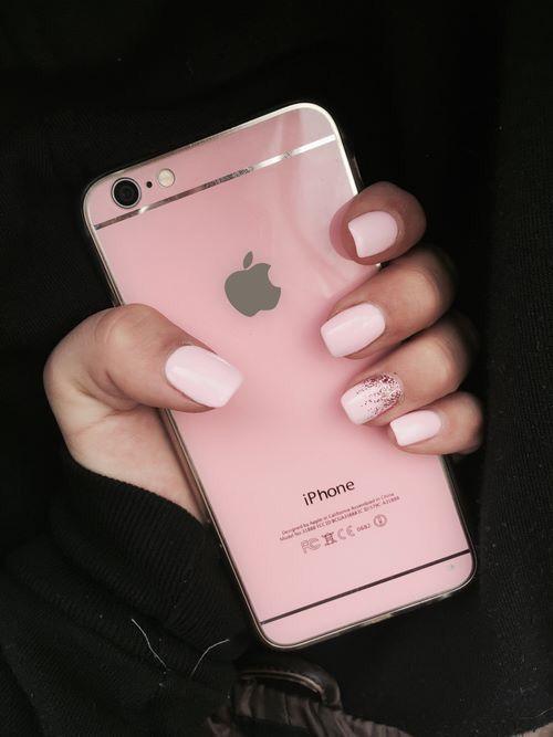 Шеллак зеркальный нежно розовый маникюр фото девушки справа