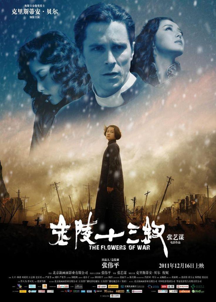 """""""Las flores de la guerra"""" es una película china del año 2011 que narra la transformación personal que sufre un personaje sin escrúpulos durante la invasión japonesa de China en la Segunda Guerra Mundial."""