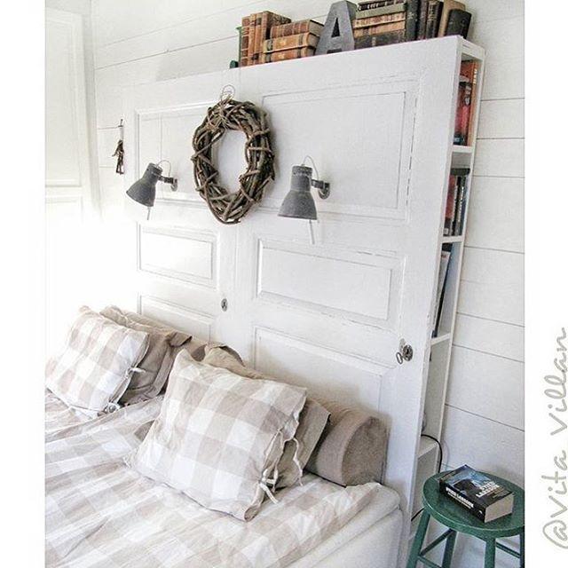 Är det trångt i sovrummet? Från min SFS hittar vi detta guldkorn @vita_villan som är en fena på återbruk och DIY!  Här har @vita_villan skapat en sänggavel av ett par gamla vitmålade dörrar. För att optimera förvaringsmöjligheterna har de snickrat hyllplan på baksidan av gaveln där de förvarar böcker, magasin, sladdar mm. Smart och snyggt! ✨