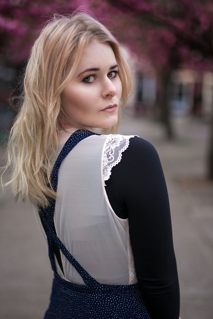Outfit Inspiration mit Trägerrock, Spitzenbody und Sneaker - Entdecke jetzt weitere Fashion Looks auf CHRISTINA KEY - dem Mode, Fotografie, Rezepte und Blogger Tipps Blog aus Berlin