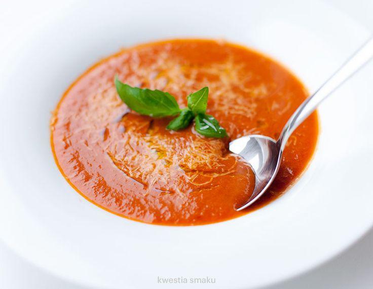 Zupa krem pomidorowa z selerem naciowym, doprawiona czerwonym winem i czerwonym octem winnym
