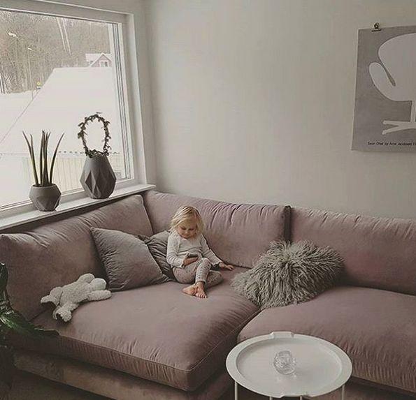 Rosa Mammuten modulsoffa i sammet. Modul, soffa, djup, rymlig, låg, lougne, möbler, möbel, inredning, vardagsrum, hörnsoffa, pastell, blek, lila, lavendel.