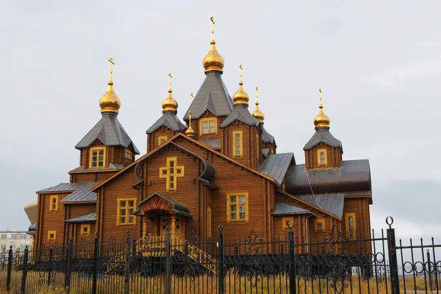 Eglise orthodoxeAutre particularité de cette région : un mix de cultures russe, amérindienne, et américaine.Nous voici à Anadyr, en Russie, face à une église orthodoxe. Anadyrest la capitale du district autonome de Tchoukotka. La région est baignée par la mer de Sibérie orientale et la mer de Béring et séparée du continent américain par le détroit de Béring.
